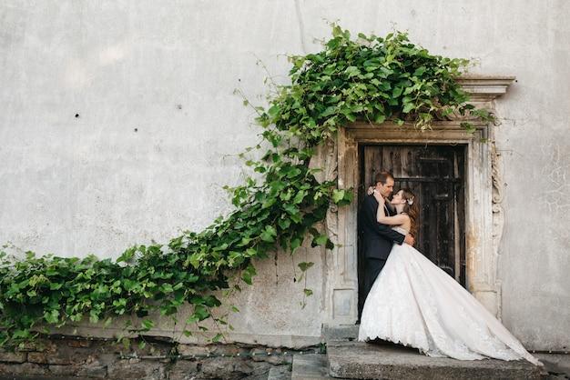 Gelukkige bruidsmeisjes worden gefotografeerd in de buurt van het oude huis