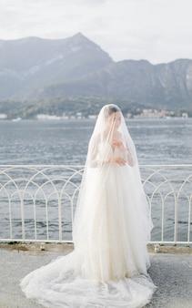 Gelukkige bruidvrouw in huwelijkskleding het stellen