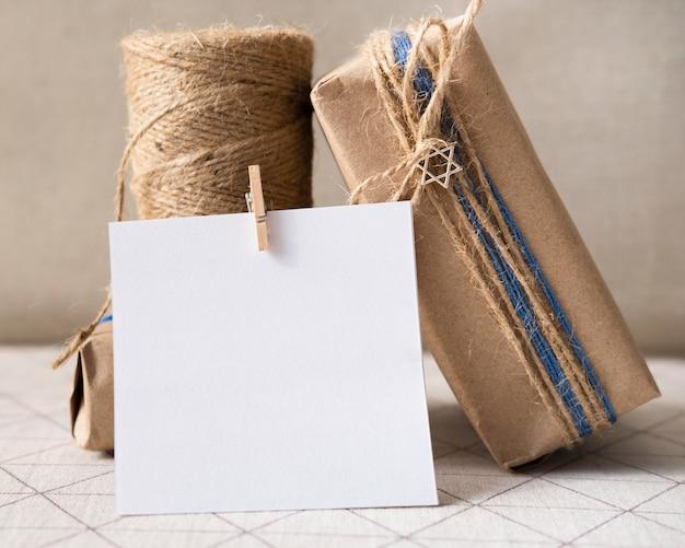 Gelukkige chanoeka traditionele festivalgift en exemplaarruimtekaart