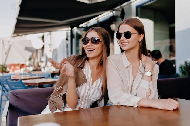 Gelukkige charmante kaukasische vrienden die positieve emoties uitdrukken