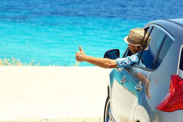 Gelukkige chauffeur mannen in auto op zee in de zomer