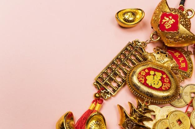 Gelukkige chinese nieuwjaardecoratie op een roze achtergrond