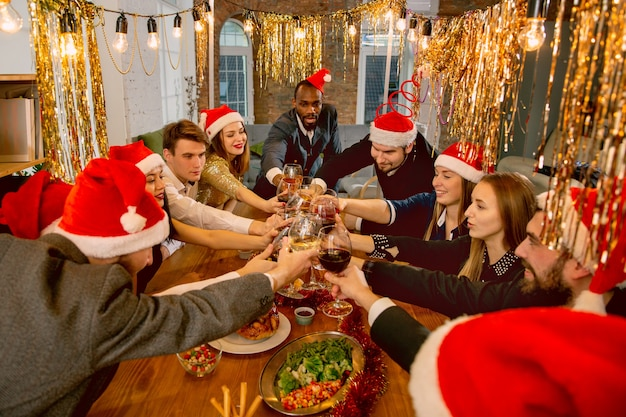 Gelukkige collega's die vieren tijdens het bedrijfsfeest voor nieuwjaar en kerst