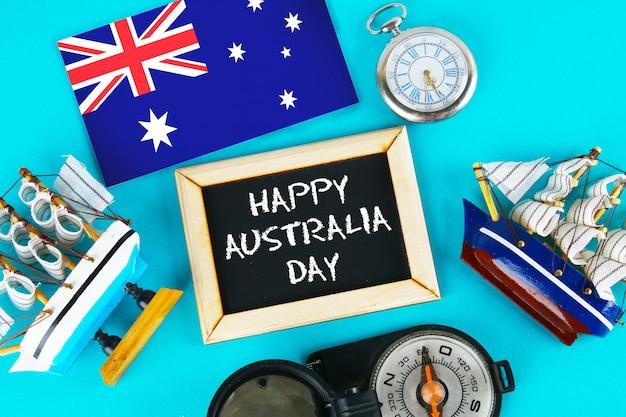 Gelukkige dag van australië omringd door scheepsbouwers, een kompas, klok, australische vlag