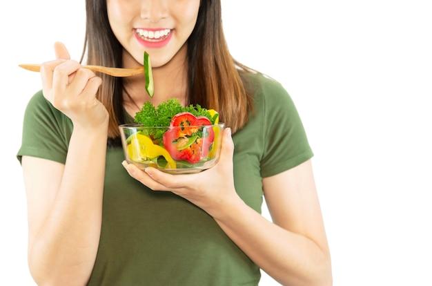 Gelukkige dame geniet van het eten van plantaardige salade