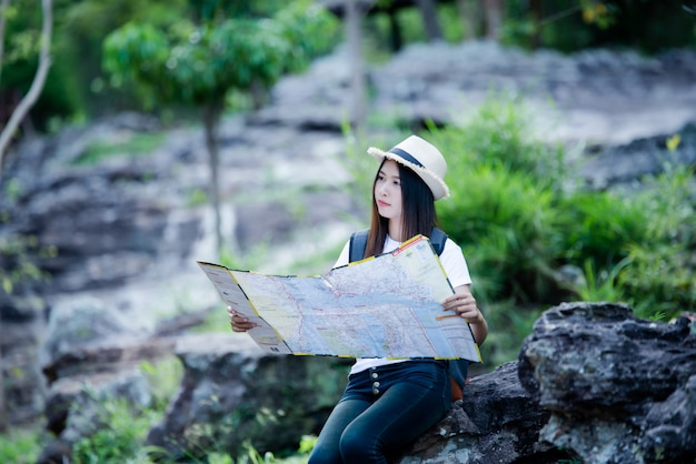 Gelukkige de torist van de levensstijl mooie vrouw om in wilde reis te reizen die tijdens vakantie wandelen.
