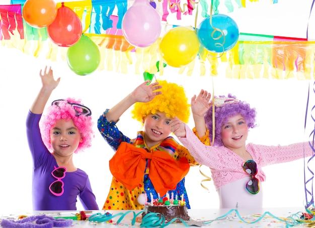 Gelukkige de verjaardagspartij van kinderen met clownpruiken