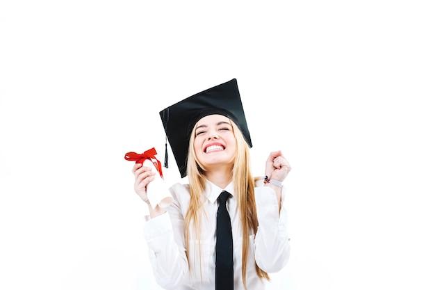 Gelukkige die vrouw met graduatie wordt opgewekt