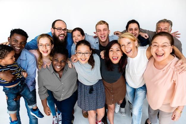 Gelukkige diverse mensen verenigd samen