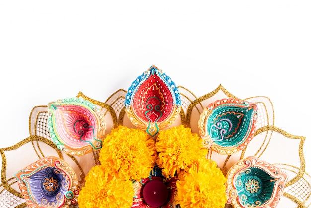 Gelukkige diwali - aangestoken clay diya-lampen, hindoes festival van lichtenviering
