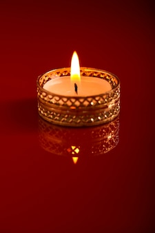 Gelukkige diwali of gelukkige deepavali-wenskaart gemaakt met een foto van diya of olielamp