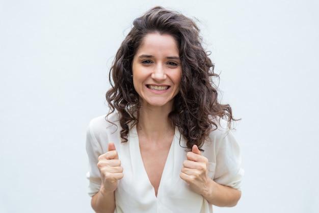 Gelukkige dolblij vrouw verheugt zich over haar succes