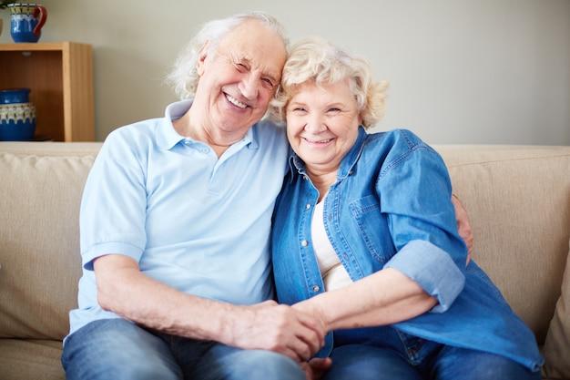 Gelukkige echtgenoot sofa verliefde man