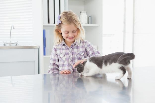 Gelukkige eigenaar die haar leuk katje petting