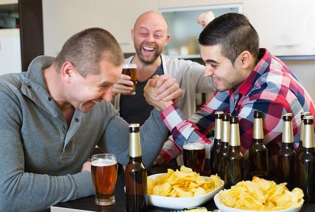 Gelukkige en dronken mannen armworstelen