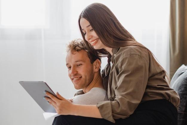 Gelukkige en liefdevolle vrouw en man die plannen maken om samen het huishouden te renoveren