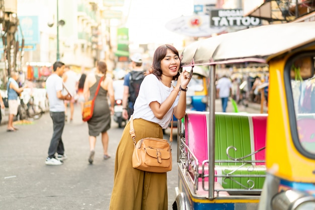 Gelukkige en mooie aziatische vrouw die bij khao sarn road, thailand reizen