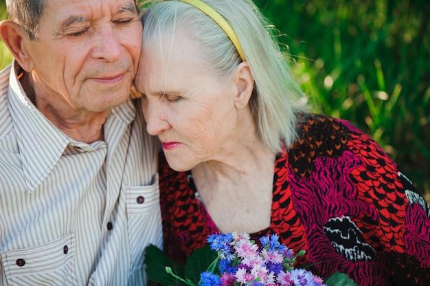 Gelukkige en zeer oude mensen die in het park zitten