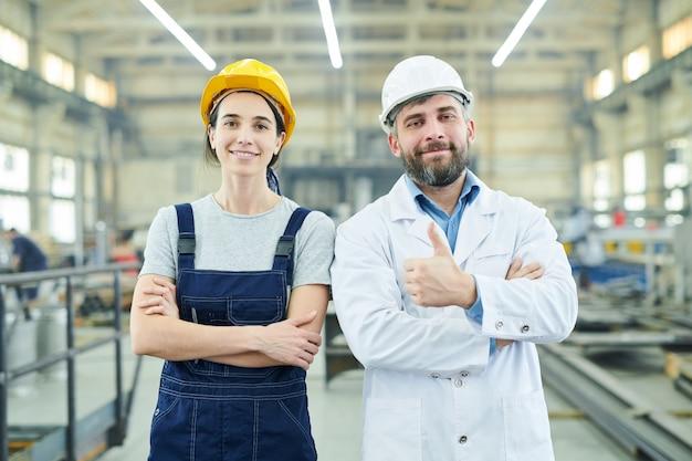 Gelukkige fabrieksmedewerkers