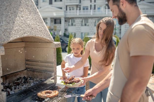 Gelukkige familie bij een barbecue samen