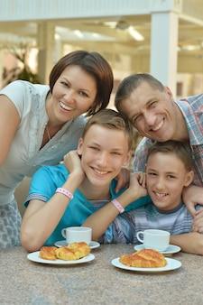 Gelukkige familie bij het ontbijt op tafel