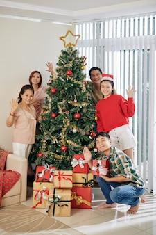 Gelukkige familie bij kerstboom