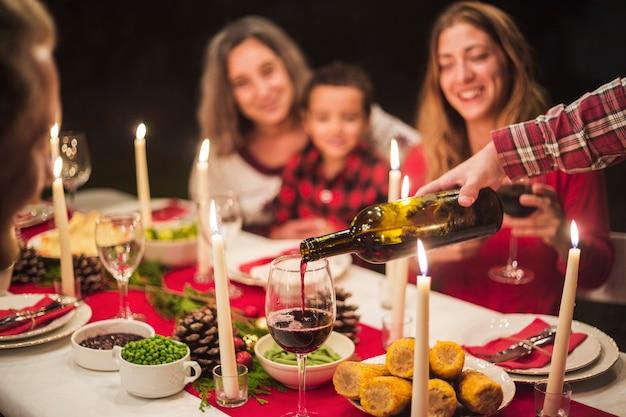 Gelukkige familie bij kerstmisdiner