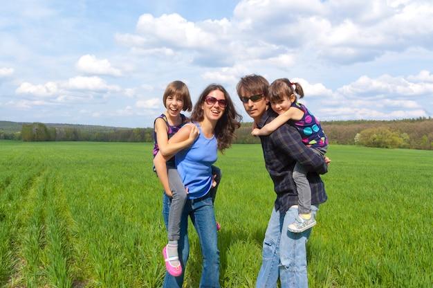 Gelukkige familie buitenshuis plezier