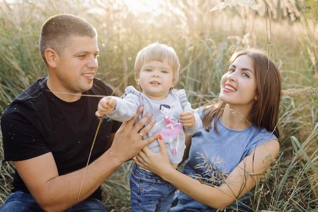 Gelukkige familie buitenshuis tijd samen doorbrengen