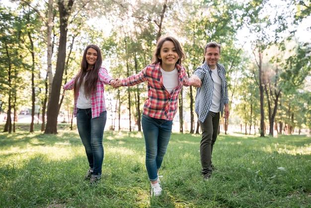 Gelukkige familie die bij park geniet van