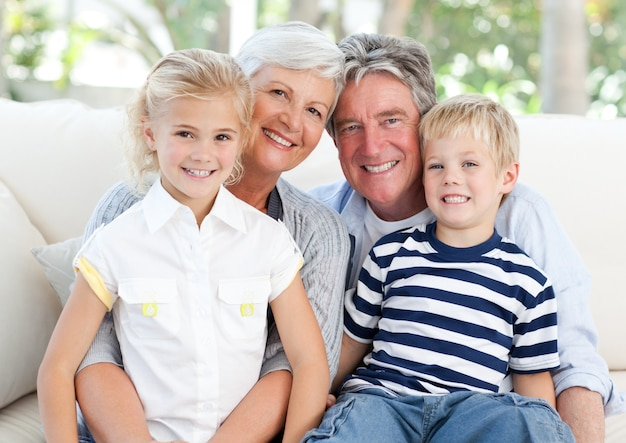 Gelukkige familie die de camera bekijkt