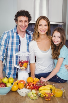 Gelukkige familie die een vruchtensap voorbereidt