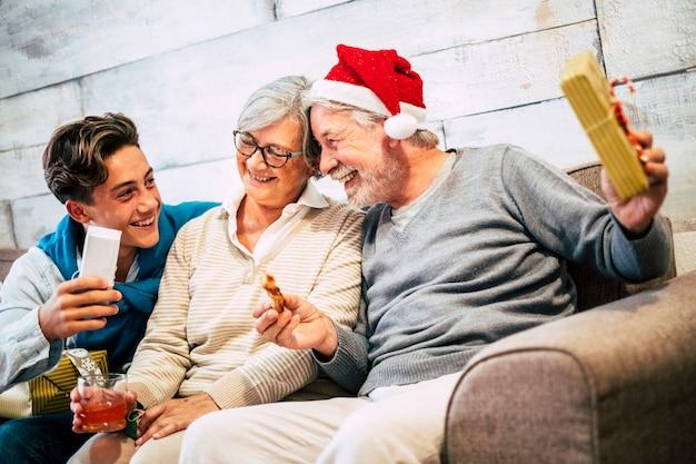Gelukkige familie die geschenken geeft en plezier deelt en samen lacht tijdens de kerstviering thuis at