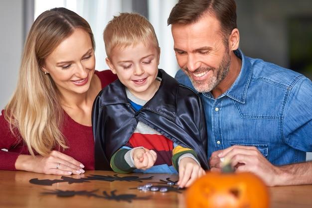 Gelukkige familie die halloween samen doorbrengt