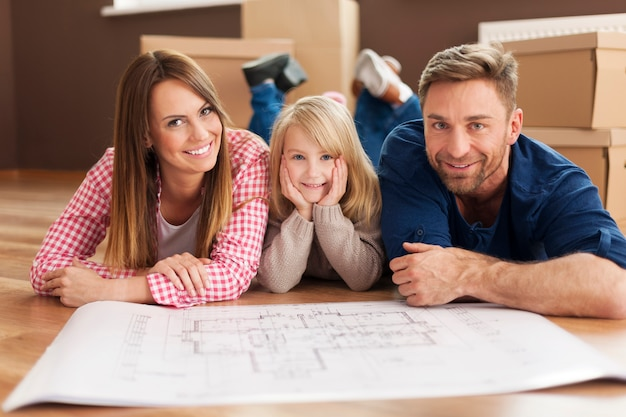 Gelukkige familie die hun nieuwe appartement plant