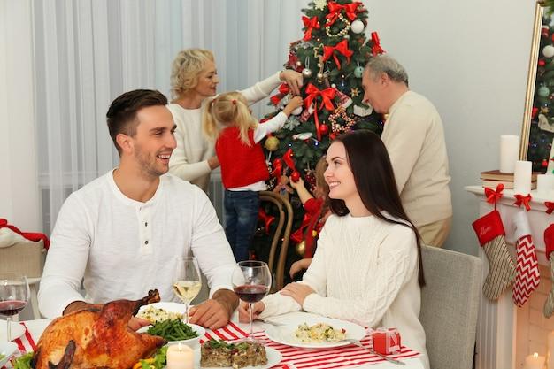 Gelukkige familie die kerstmis viert in de woonkamer