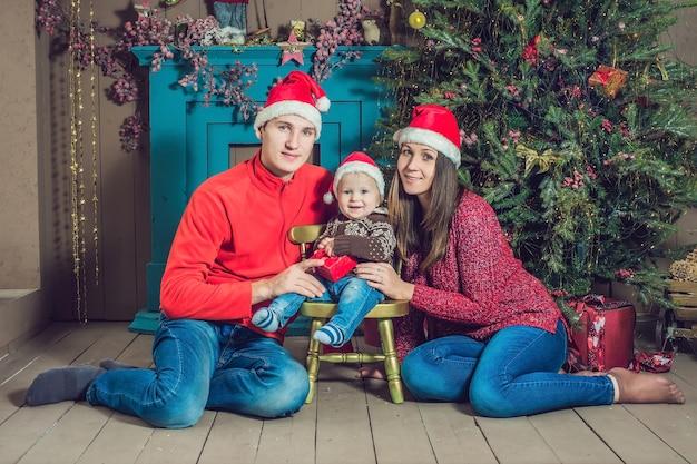 Gelukkige familie die kerstmis viert