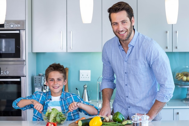 Gelukkige familie die lunch samen voorbereiden