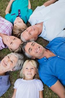 Gelukkige familie die omhoog de camera kijkt