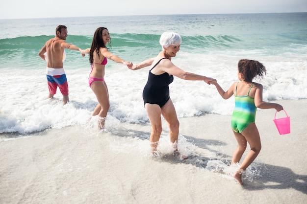 Gelukkige familie die op strand geniet