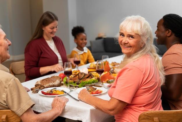 Gelukkige familie die samen een leuk thanksgiving-diner heeft