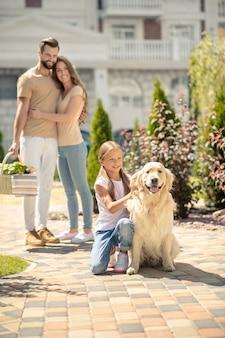 Gelukkige familie die samen met hun hond een wandeling maakt