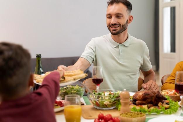 Gelukkige familie die samen uit eten gaat