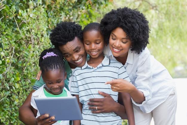 Gelukkige familie die tabletpc bekijken