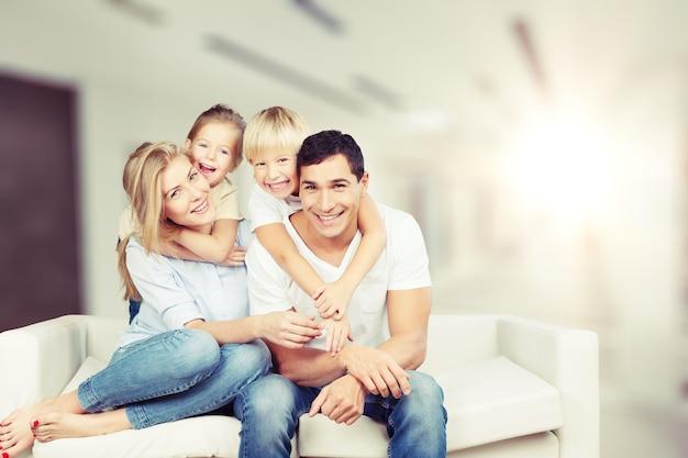 Gelukkige familie die thuis op de bank zit