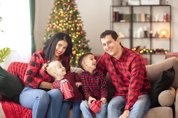 Gelukkige familie die thuis op nieuw jaar wacht
