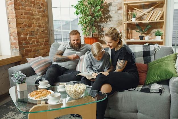 Gelukkige familie die thuis tijd samen doorbrengt