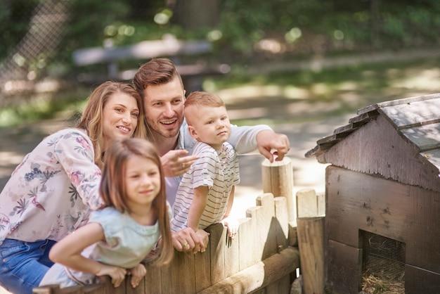 Gelukkige familie die van de aard geniet