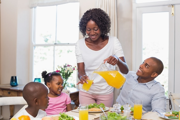 Gelukkige familie die van een gezonde maaltijd samen geniet