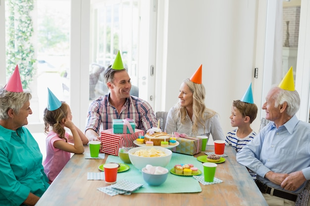 Gelukkige familie die van meerdere generaties een verjaardag viert